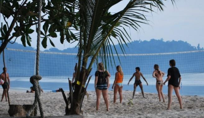 Entspannte Volleyball-Partie am Aow Yai Beach.