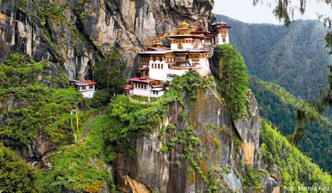 Das Tigernest-Kloster klebt an einer Felswand hoch über dem Paro-Tal