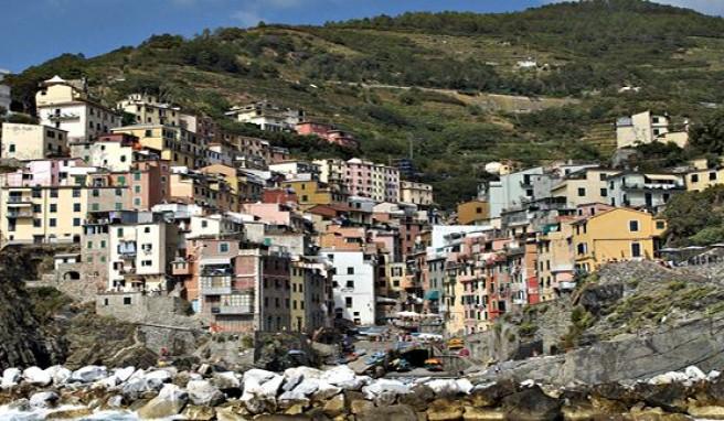 Cinque Terre ist an die Steilküste geklebt