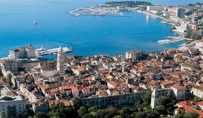 Split mit dem Diokletianspalast, ein Höhepunkt auf Reisen entlang der Küste Dalmatiens..