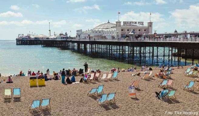 Sommerliche Strandszene am Brighton Pier