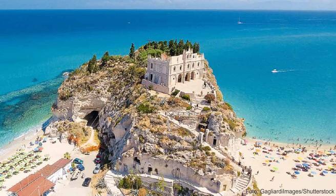 Das Wahrzeichen Tropeas: die auf einem Felsen erbaute Wallfahrtskirche Maria dell'Isola