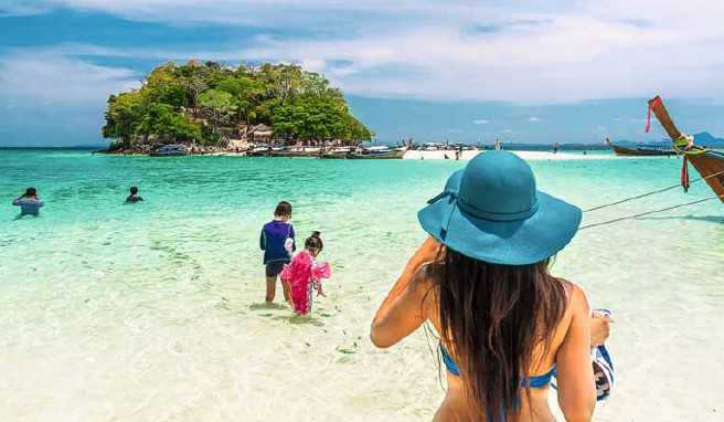 Kinder spielen am Strand der Ausflugsinsel Koh Tub bei Krabi