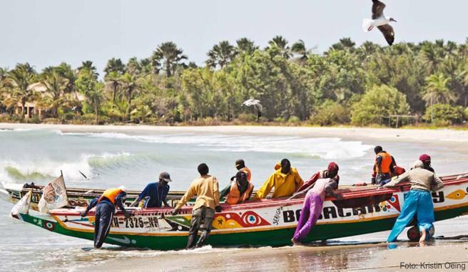 Fischer beim Bergen einer Piroge an der Gunjur Bay im Südwesten Gambias