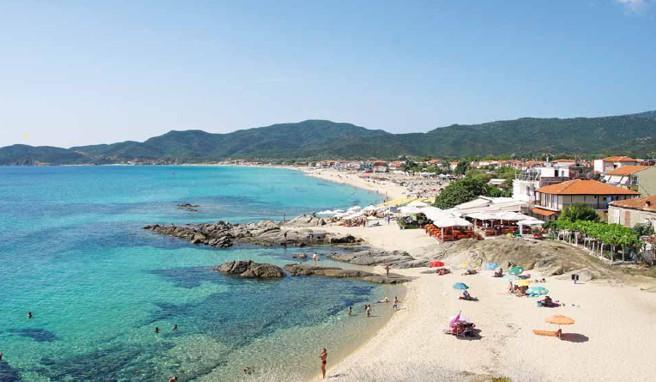 Der beliebte Urlaubsort Sárti zieht sich entlang einer kilometerlangen Sandbucht