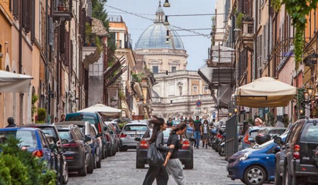 Eine typische Szene in Monti, im Hintergrund die Kuppel der Kirche Santa Maria Maggiore
