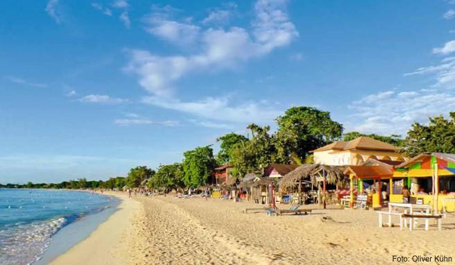 Der elf Kilometer lange Strand von Negril hat alles, was einen Traumstrand ausmacht