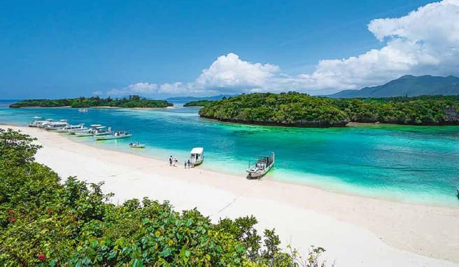 Boote an der Kabira-Bucht auf der Okinawa-Insel Ishigaki