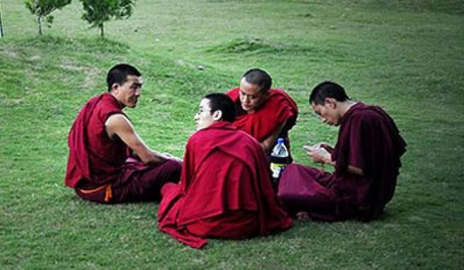 Buddhistische Mönche bei der Rast in Mysore, Karnataka, Indien