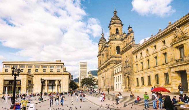 Der Plaza Bolívar mit der Kathedrale und dem modernen Justizpalast ist zentraler Anlauf- und Treffpunkt Bogotás
