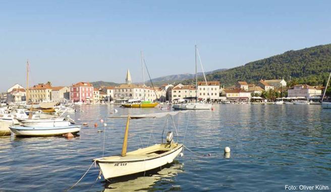 Stari Grad liegt an einer weitläufigen, von grünen Hügeln gesäumten Bucht