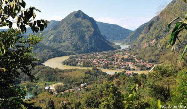 Blick auf das wunderschön an einer Flussschleife gelegene Dorf Nong Kiao
