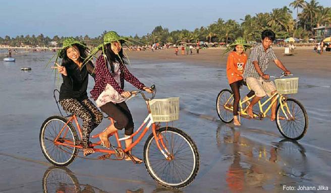 Vor allem junge Burmesen aus der aufstrebenden Mittelschicht lassen es sich am Chaungtha Beach gut gehen