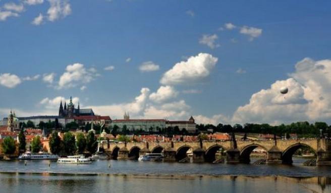 Das weltbekannte Panorama von Prag mit Hradschin und Karlsbrücke, Tschechien