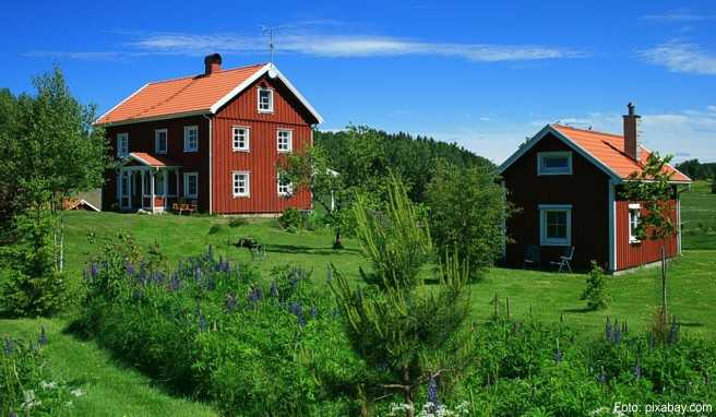 Rote Holzhäuser sind typisch für Schweden