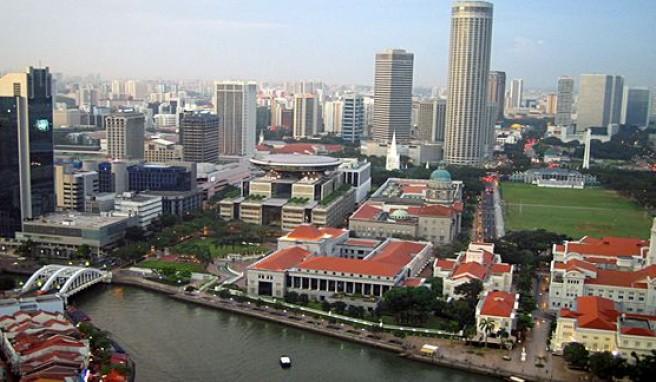Blick auf Singapur Downtown vom OCBC Centre,pulsierendes Leben am Singapur River