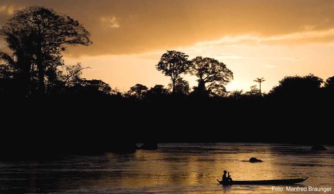 Romantische Abendstimmung am Suriname River. Der Fluss dient dem kleinen Land als Hauptverkehrsweg, Trinkwasserquelle und Stromlieferant