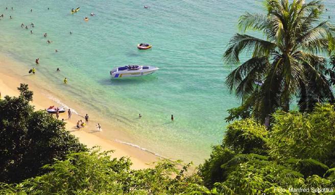 Entspanntes Badeleben am nur über eine Treppe erreichbaren Laem Sing Beach, der zwischen den Stränden Surin und Kamala liegt