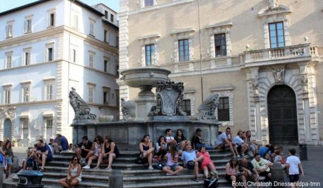 Ort zum Verweilen: der Brunnen auf der Piazza Santa Maria in Trastevere am Nachmittag