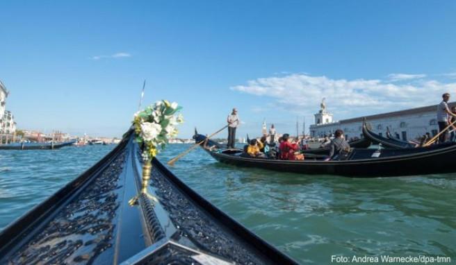 Venedig ist sehr romantisch: Mit der Gondel können sich Besucher durch die Wasserstraßen fahren lassen