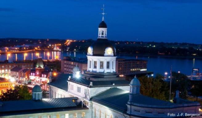 Viele historische Gebäude sind aus Kalkstein gebaut. Eines der bekanntesten Gebäude ist das Rathaus von Kingston.