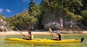 Vergnüglich ist die Kajaktour entlang der Küste des Abel Tasman National Park, die hier in der Sandy Bay beginnt