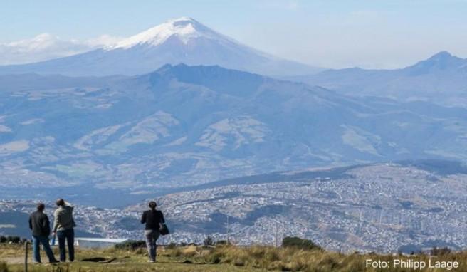Ausblick auf Vulkane: Wer mit der Teleferiquo hinauf zum Rucu Pichincha gefahren ist, hat einen großartigen Blick auf den Cotopaxi