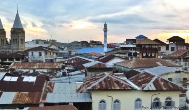 Über den Dächern von Stone Town: Schon die Kolonialherren haben diesen Ausblick mit einem Sundowner genossen