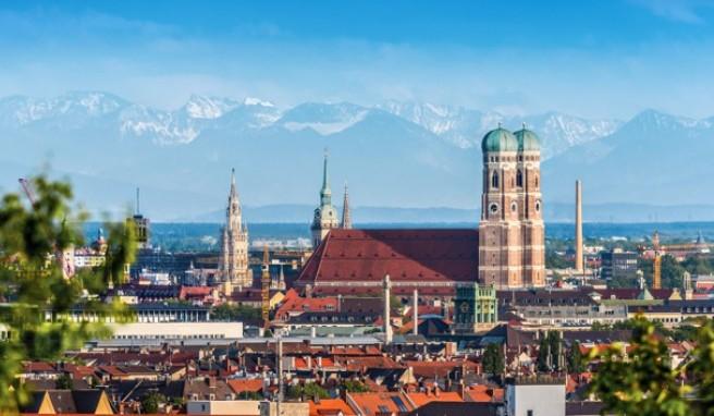 Die Münchener Altstadt mit der Frauenkirche - im Hintergrund die Alpen