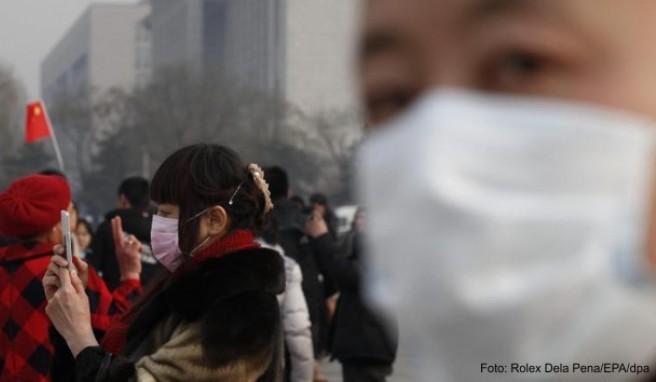 Mit Mundschutz auf dem Tiananmen-Platz in Peking: Der Smog in China betrifft auch Touristen