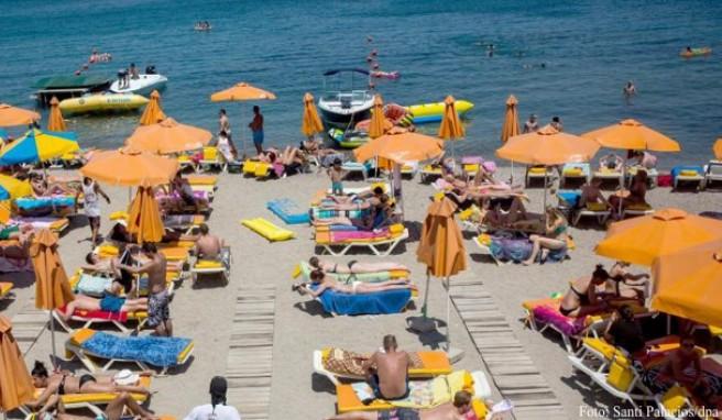 In Griechenland herrscht eine extreme Hitze. Einigen Touristen macht das nichts aus. Sie sonnen sich weiter.