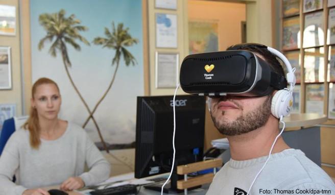 Die Technik macht's möglich: Mit einer Virtual-Reality-Brille können sich Urlauber im Reisebüro einen Rundum-Überblick über ein Hotel verschaffen