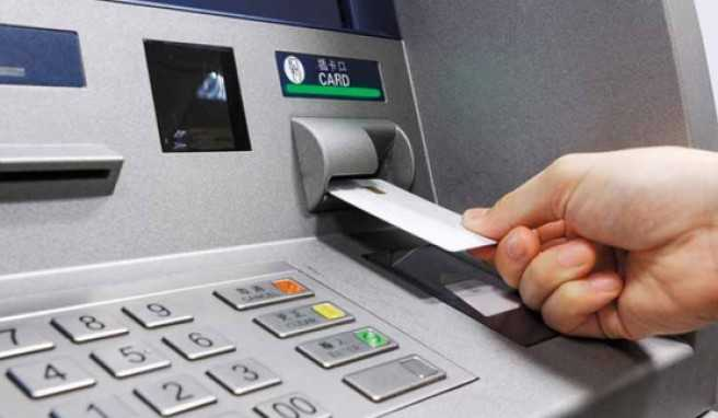 Wer im Ausland am Automaten Geld zieht, zahlt am Ende oft mehr Gebühren, als ihm lieb ist