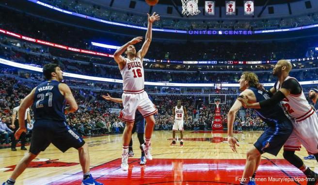 Eine Chicagoreise kann mit einem Besuch der Chicago Bulls kombiniert werden. Eventuell sind dann die Dallas Mavericks mit Star Dirk Nowitzki (2.v.r.) zu Gast