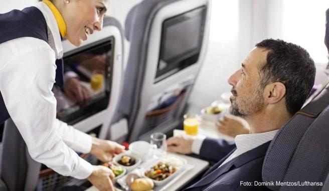 Hauptspeise, Salat, Brötchen, Nachspeise, Wasser - so sieht bei vielen Airlines wie hier bei Lufthansa auf der Langstrecke das Essen aus.