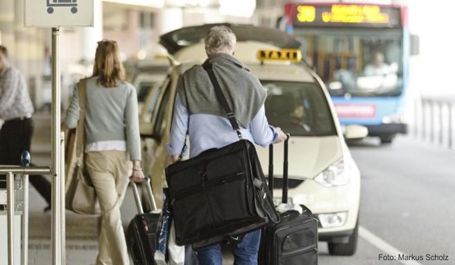 Am Flughafen warten Taxis auf die Reisenden, wie hier in Hamburg - doch manchmal sind die Preise überteuert. Gerade im Ausland werden Urlauber gerne mal abgezockt