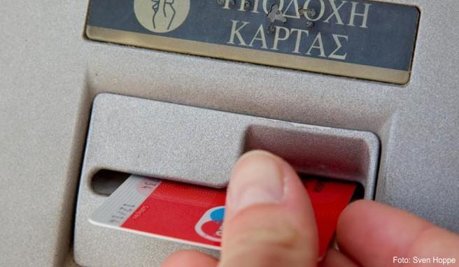 Wer im Ausland Geld abhebt, sollte die Abrechnung in der Landeswährung bevorzugen