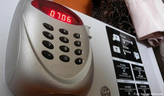 Einen Safe im Hotelzimmer sollten Urlauber stets nutzen, um sich vor Diebstahl zu schützen