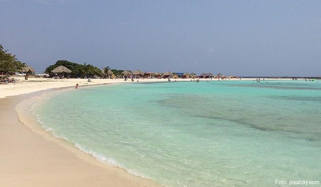 Die Strände mit dem puderzuckerfeinen hellen Sand zählen zu den schönsten der Karibik