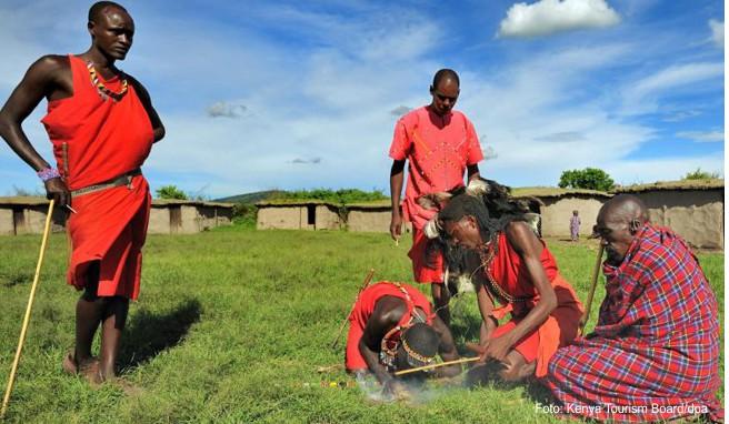 Die Massai tragen traditionell rote Gewänder und sind in Kenia eine echte Touristenattraktion