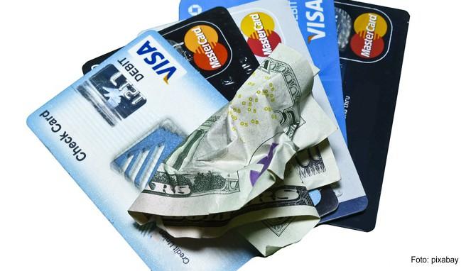 Um Geld zu sparen, sollte man sich vor der Reise über Kreditkartengebühren und Bestimmungen informieren