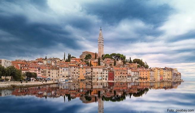 In der kroatischen Hafenstadt Rovinj stehen die Häuser dicht gedrängt am Wasser