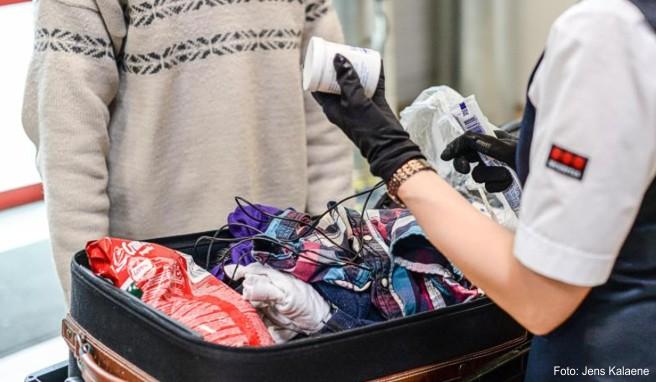 Reisende, die Medikamente ins Urlaubsland einführen möchten, sollten eine Bescheinigung des verschreibenden Arztes dabei haben
