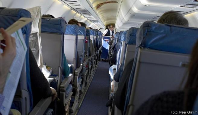 Nach einer Thrombose ist beim Fliegen viel Beinfreiheit wichtig. Ohne Weiteres darf der Flugzeugkapitän die Mitnahme betroffener Fluggäste nicht verwehren
