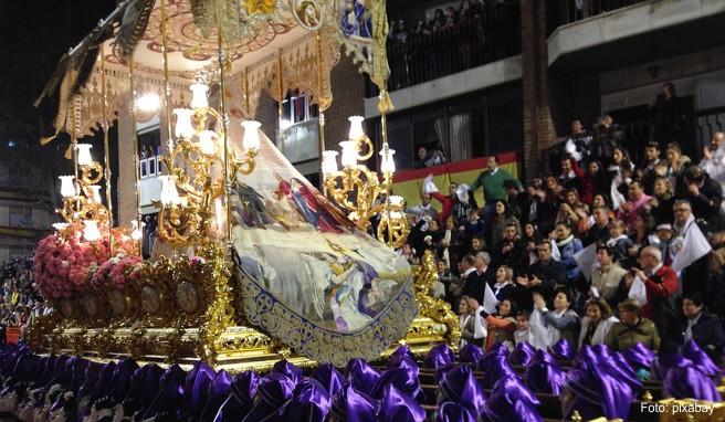 In Spanien zählen Prozessionen mit lebensgroßen Figuren zur Ostertradition