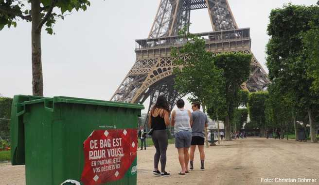 Kampf gegen Verschmutzung: Im Parc du Champs du Mars im Schatten des Eiffelturms stehen in regelmäßigen Abständen große grüne Müllcontainer