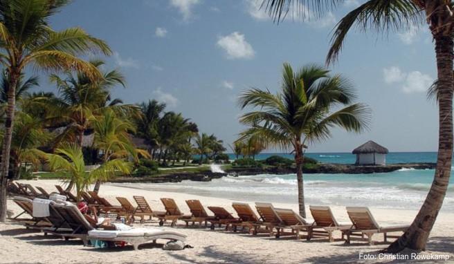 Strand in Punta Cana in der Dominikanischen Republik: Für Pauschalreisen in die Karibik haben viele Veranstalter zum kommenden Winter die Preise gesenkt