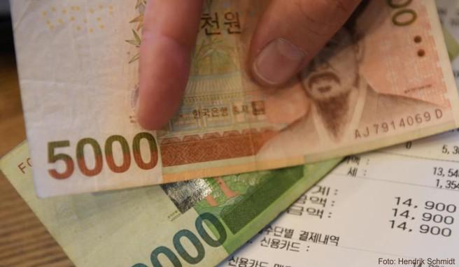 Wer im Urlaub Geld in der landeseigene Währung dabei hat, tauscht das restliche Geld am besten noch vor der Abreise um