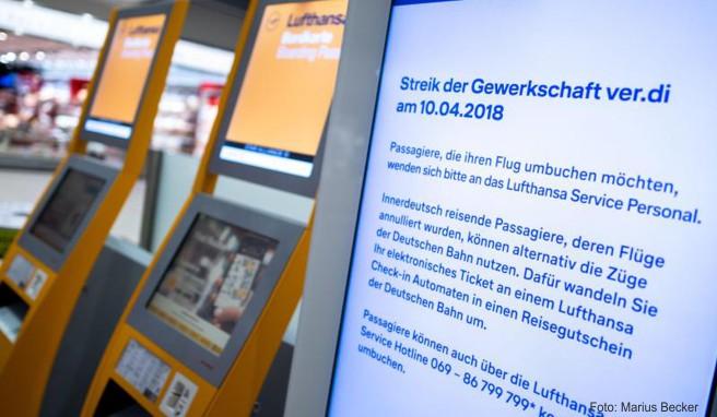 Weil Verdi zum Warnstreik aufgerufen hat, streicht die Lufthansa zahlreiche Flüge. Betroffene Passagiere können ihr Ticket in einen Reisegutschein der Deutschen Bahn umtauschen.