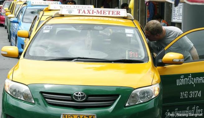 Das Taxifahren in Bangkok soll teurer werden. Künftig soll in Thailands Hauptstadt für die ersten beiden Kilometer ein Grundpreis von 40 thailändischen Baht fällig werden, umgerechnet etwas mehr als ein Euro